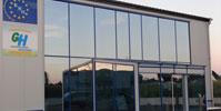Glasfassade-mit-Sonnenschutzglas-blau